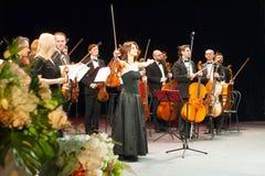 Symfoniemuziek, violisten bij overleg stock afbeeldingen