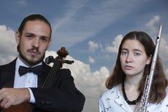 Symfonieorkest bij stadium, cello en fluit het presteren stock afbeelding