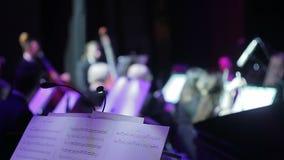 Symfonieorkest tijdens prestaties stock footage