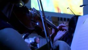 Symfonieorkest tijdens prestaties De close-upviolisten spelen bij een overleg stock video