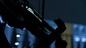 Symfonieorkest tijdens prestaties De close-upviolisten spelen bij een overleg stock videobeelden
