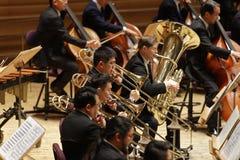 Symfonieprestaties in een concertzaal royalty-vrije stock afbeeldingen