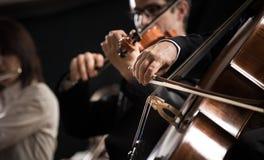 Symfoniorkester: violoncellspelarenärbild royaltyfri foto