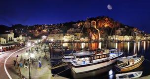 Symi Hafen bis zum Nacht Stockfoto