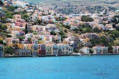 Symi - visión sobre la ciudad famosa por casas coloridas fotografía de archivo