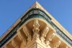 Symmetric centrala kąta widok fasadowego wity duży tradycyjny balkon Grandmaster pałac w Valletta obrazy stock
