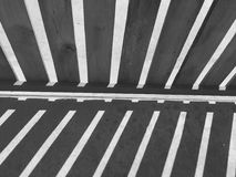 Symmetric cień między drewnianym ogrodzeniem i gab obraz stock