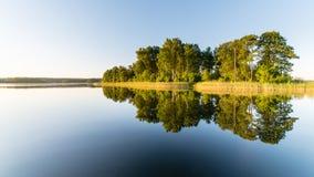Symmetric odbicia na spokojnym jeziorze Fotografia Stock