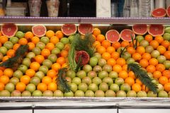 Symmetrically τακτοποιημένη θέση πώλησης φρούτων στοκ φωτογραφία