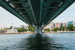 symmetrically Το χαμηλότερο μέρος της γέφυρας στη Ιστανμπούλ συνδέει το ασιατικό μέρος με το ευρωπαϊκό μέρος της πόλης Στοκ Φωτογραφίες
