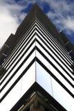 Symmetrie eines Glasgebäudes Stockbild