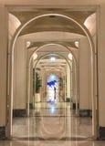 Symmetriearchitekturbogen Palast madinat lizenzfreies stockfoto