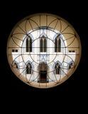 Symmetriefenster und -gebäude Lizenzfreies Stockfoto