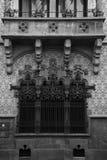 Symmetrin är perfekt på den huvudsakliga fasaden Royaltyfria Bilder