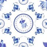 Symmetrisch blauw bloemenornament in Gzhel-stijl op een witte backg Stock Fotografie