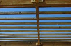 symmetrisch Holz gegen bule Hintergrund Zeichnungskompaß über einem tiefen blauen Hintergrund lizenzfreie stockbilder