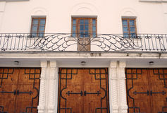 Symmetrisch vooraanzicht over de poort en de omheining Stock Afbeeldingen