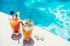 Symmetrische Cocktails des Poolside dienten Kälte an der Poolbar mit mojito und Gin Tonic-Limonade stockbilder