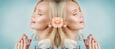 Symmetrische Karte der sinnlichen zarten empfindlichen jungen Frau, die h genießt stockfotos