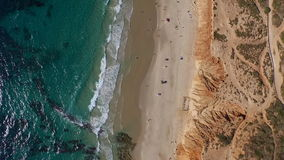Symmetrische luchtvideo, overzees en kust stock footage