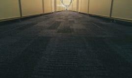 Symmetrischer Büroinnenraum mit langem Korridor stockbild