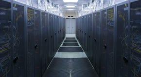 Symmetrischer Serverraum mit moderner Kommunikation und Ausrüstung Lizenzfreie Stockfotografie