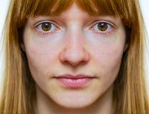 Symmetrisk framsida av den tonårs- flickan royaltyfri foto