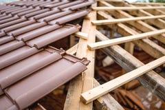 Symmetrisk fördelning av taktegelplattor på konstruktionsplats för nytt hus Royaltyfri Foto