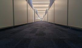 Symmetrisk kontorsinre med den långa korridoren royaltyfria foton