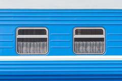 Symmetriska fönster av den blåa rörliga vagnen Arkivbild