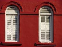 Symmetriska fönster i Malacca, Malaysia Fotografering för Bildbyråer