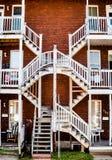 Symmetriska trappuppgångar i det fattiga Trois-Riviere området Arkivfoton