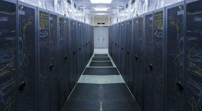 Symmetriskt serverrum med modern kommunikation och utrustning Royaltyfri Fotografi