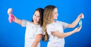 Sympathies et choix Concept d'amour Les enfants mignons de filles tiennent les jouets en forme de coeur Symbole de l'amour Visage images libres de droits