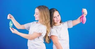 Sympathies et choix Concept d'amour Les enfants mignons de filles tiennent les jouets en forme de coeur Symbole de l'amour Visage photographie stock