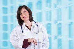 Sympathischer Gesundheitswesen-Angestellter, der echt Sie betrachtet Lizenzfreies Stockfoto