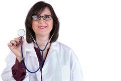 Sympathischer Gesundheitswesen-Internierter mit Stethoskop Stockfoto