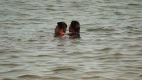 Sympatie wydają wakacje czasu kąpanie na wodzie biała piaskowata plaża zbiory