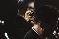 Symphonic orkester som spelar på etapp royaltyfri fotografi