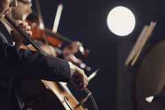 Symphonic orkester som utför på etapp fotografering för bildbyråer
