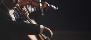 Symphonic orkester som utför på etapp arkivfoton