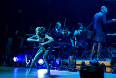 Symphonica -与音乐由Metallica,涅磐,珍珠果酱乐队,深紫, AC/DC的多媒体景象,开枪N'Roses, Aerosmith, 免版税库存照片