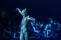 Symphonica -与音乐由Metallica,涅磐,珍珠果酱乐队,深紫, AC/DC的多媒体景象,开枪N'Roses, Aerosmith, 免版税库存图片
