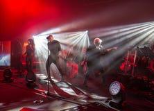 Symphonica 2 gjorde i Polen musiken av kult, av tunnelbanan, vaggar, metall, och punkrockpolermedel grupperar från år 80 dessa Arkivfoton