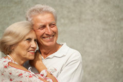 Sympthetic elderly couple in the town Royalty Free Stock Photography