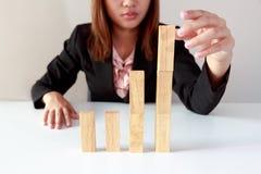 Symulujący rynek papierów wartościowych w biznesie basztowymi drewnianymi blokami Zdjęcia Royalty Free
