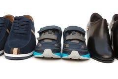 Synów buty otaczający tata i mamami na bielu Zdjęcia Stock
