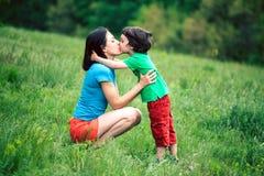Syn całuje jego matki Zdjęcia Stock