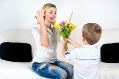 Syn daje jego ukochany matce pięknemu bukietowi tulipany Pojęcie świętowanie, kobiety ` s dzień zdjęcie stock