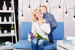 Syn daje jego ukochany matce pięknemu bukietowi tulipany Pojęcie świętowanie, kobieta dzień fotografia royalty free